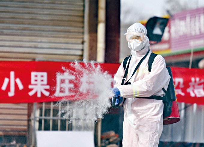 河北石家莊防疫人員進行消毒工作。