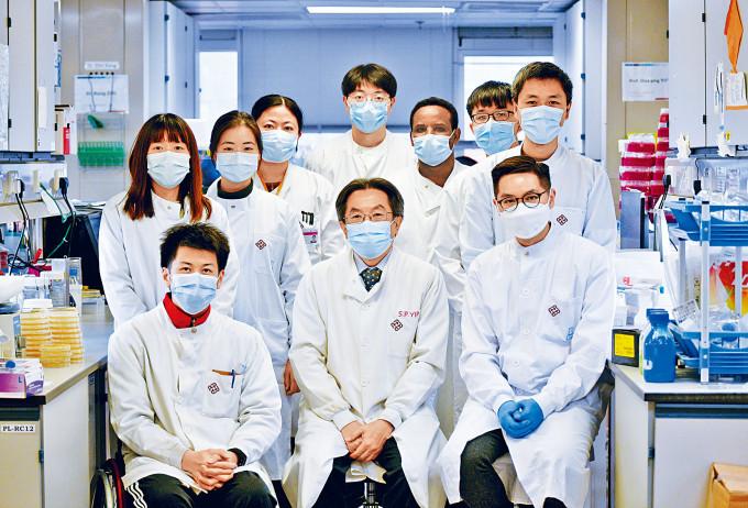 理大醫療科技及資訊學系副教授蕭傑恒(前排右一)與其團隊分析本港新冠病毒的基因排序,以追蹤病毒傳播鏈及尋找源頭。