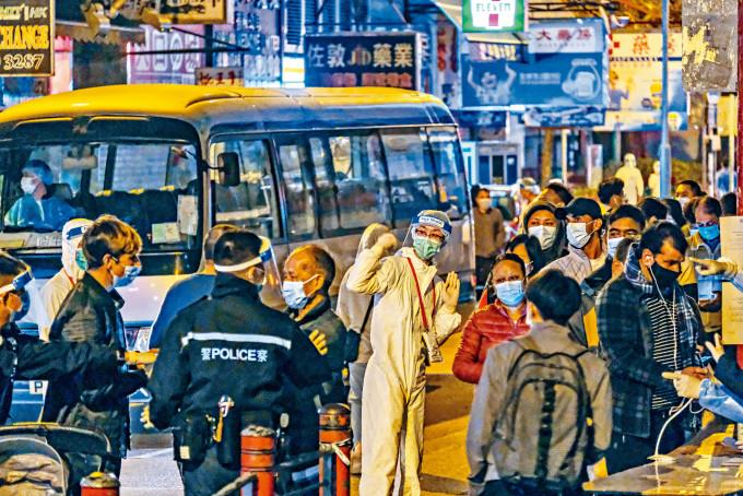 政府昨突宣布,傍晚六時起容許在封鎖區內已佩戴手環及取得陰性檢測報告的市民可離開處所。