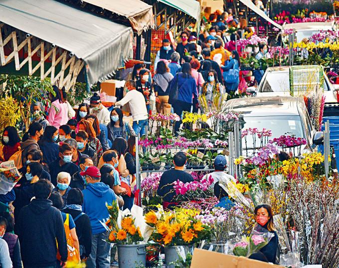 全港年宵市場早前宣布取消,旺角花墟逼滿前來買年花的市民。