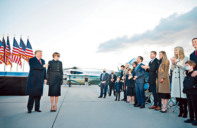 特朗普夫婦周三抵達馬里蘭州安德魯斯空軍基地。