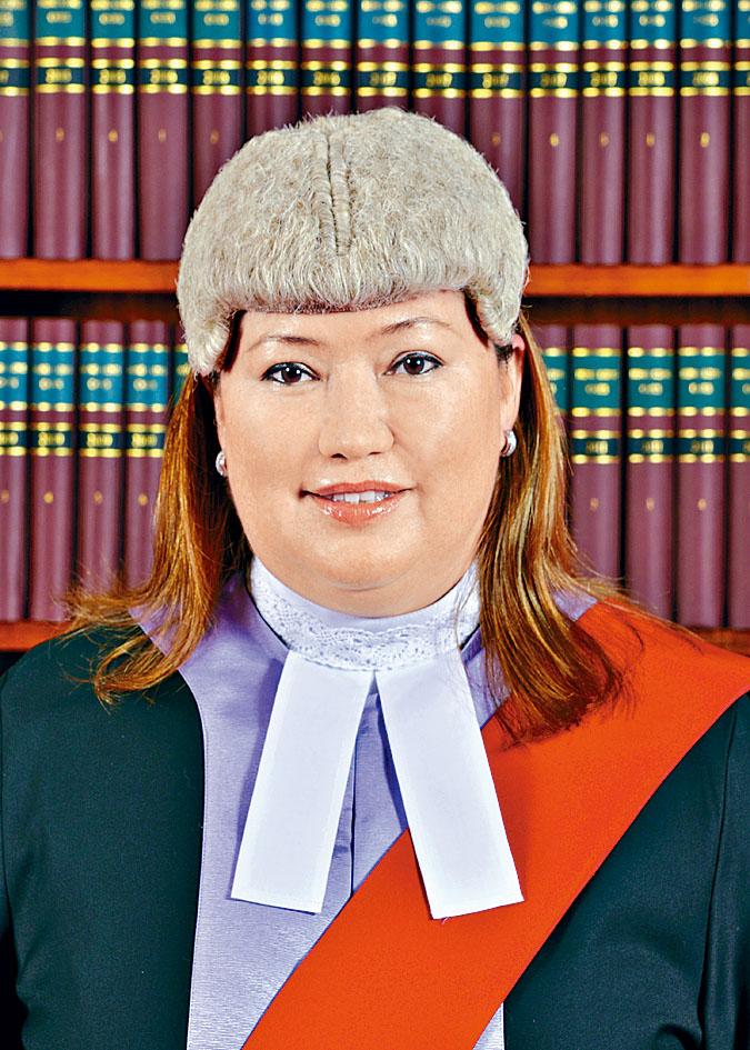 屬中英混血兒的胡雅文法官。