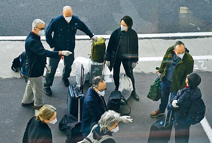 世專家組昨天抵達武漢機場。