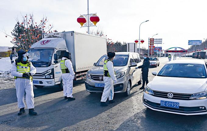 吉林通化檢查出城車輛及人員。