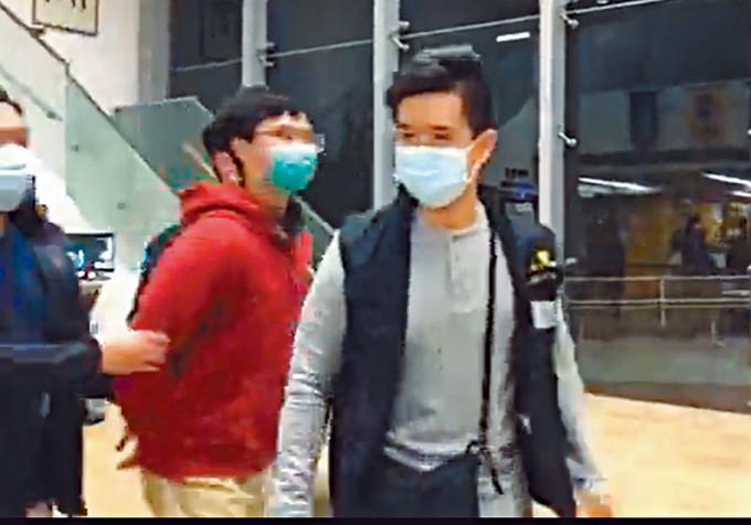 警方將其中一名涉案被捕中大學生,押返中大蒐證。