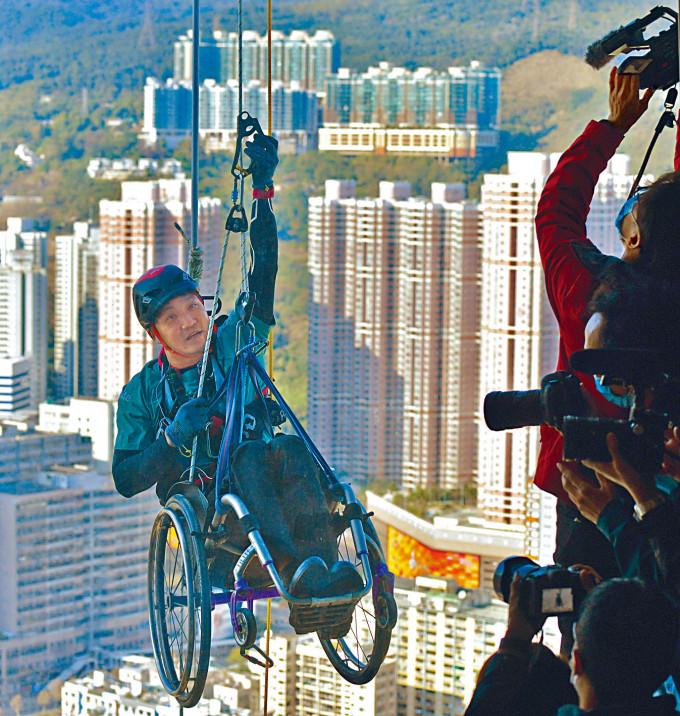 黎志偉坐輪椅挑戰荃灣如心廣場,籌款幫助脊髓損傷患者。
