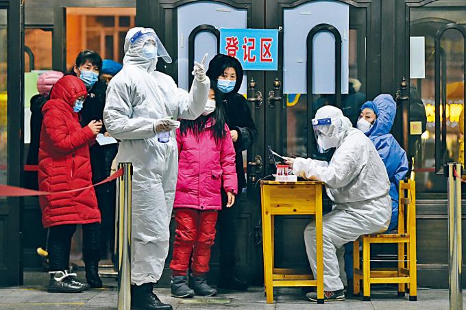 哈爾濱市民在寒風中排隊檢測。