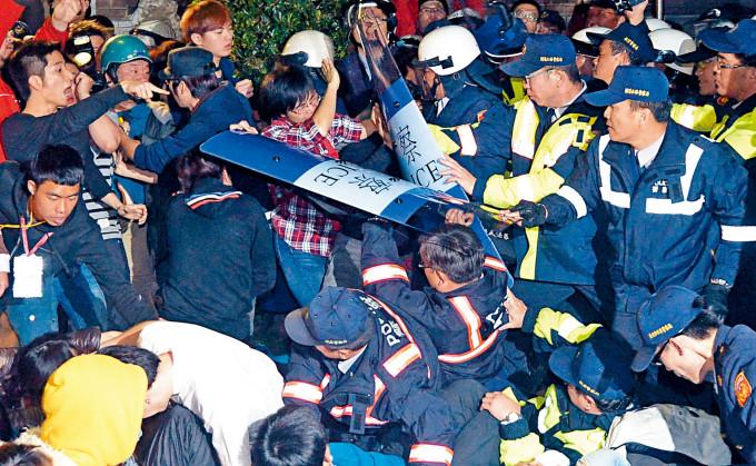 一四年三月二十三日,大批學生及民眾闖入台灣行政院。