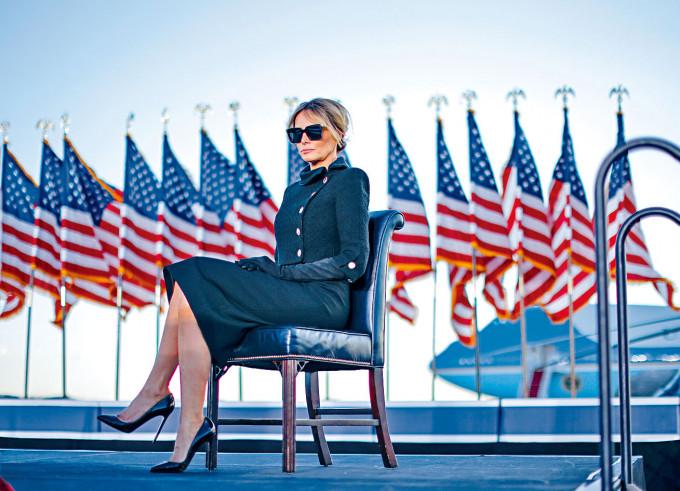 梅拉尼婭在安德魯斯基地聆聽特朗普講話。