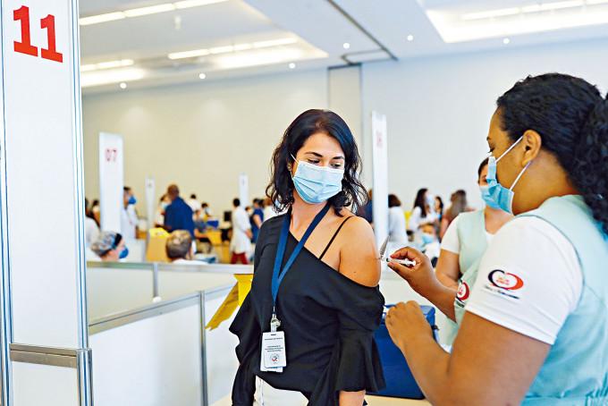巴西聖保羅的醫護人員接種科興疫苗。