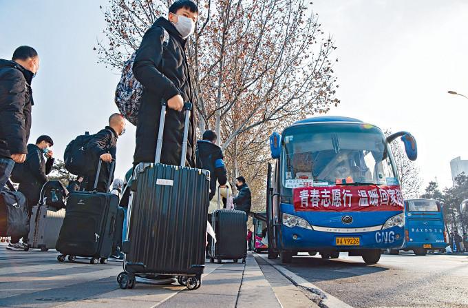 石家莊相關部門組織專車,進行防疫登記後按區域免費送民眾回家。