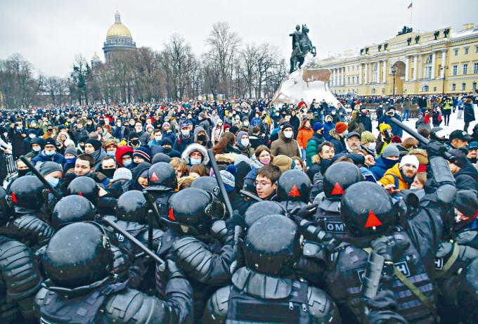 聖彼得堡周六有大批民眾上街聲援納瓦爾尼,與警察爆發衝突。