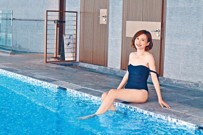 嘉欣在《堅離地愛堅離地》中以泳衣Look拍攝泳池戲。