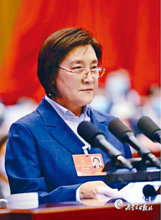 內蒙政府主席布小林疑在報告期間,突然暈倒。