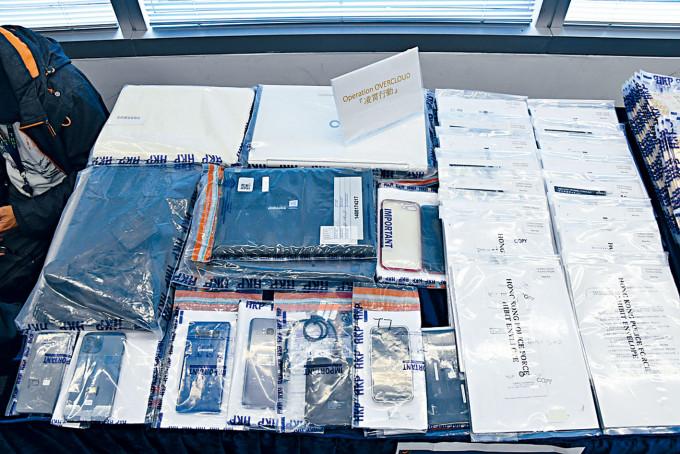 警方搜出證物包括銀行文件、電腦及手機等。