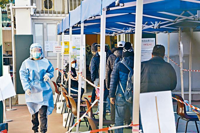新填地街居民到梁顯利社區中心接受檢測。