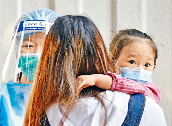「強檢小區」居民帶同小孩,到梁顯利社區中心接受檢測。