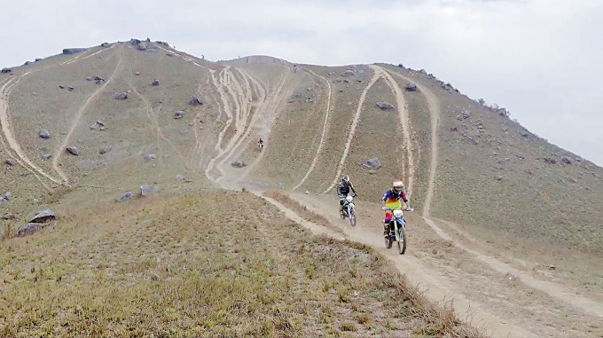 假日雞公嶺常見越野電單車飛馳。