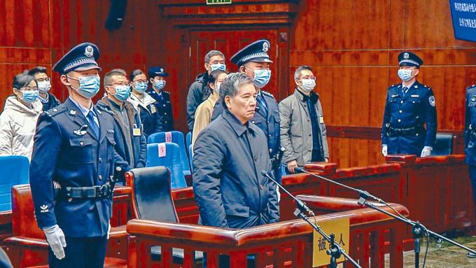 秦光榮昨天出庭聽判,神情緊張。