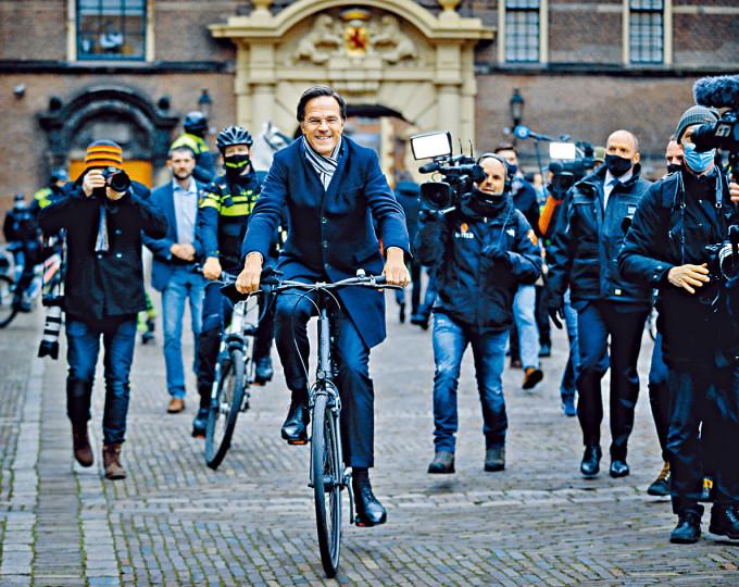 荷蘭首相呂特上周五在海牙出席完記者會踏單車離去。