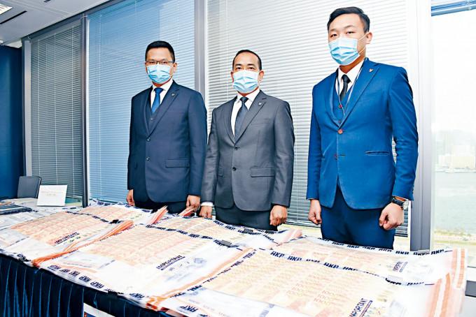 (左起)總督察陸振中、警司葉永林及高級督察朱堅華,講述案情及展示現鈔等證物。