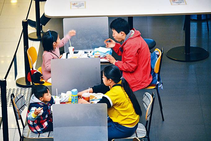 新冠肺炎疫情未見消退迹象,食肆仍須遵守二人一枱等防疫措施。