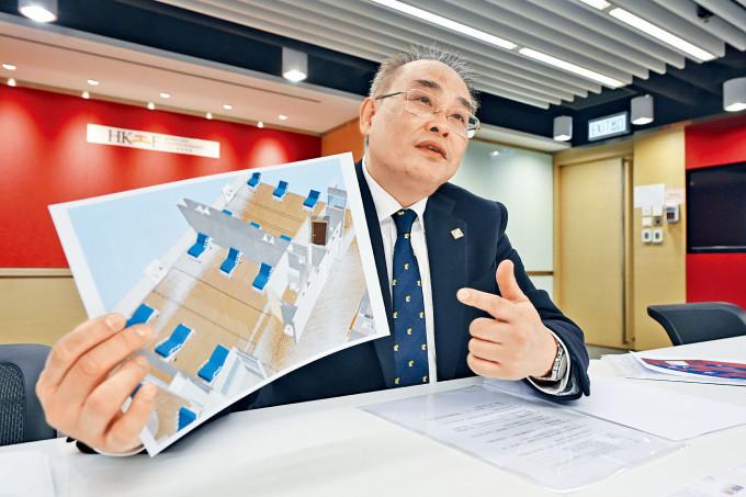 源栢樑展示他的設計圖,令普通病房在四十八小時內變身二隔離病房。