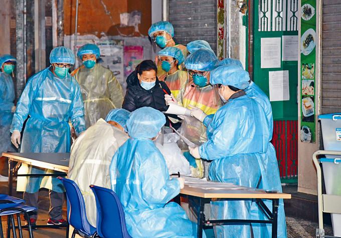 新填地街唐樓居民冒寒風半夜搬至檢疫中心。