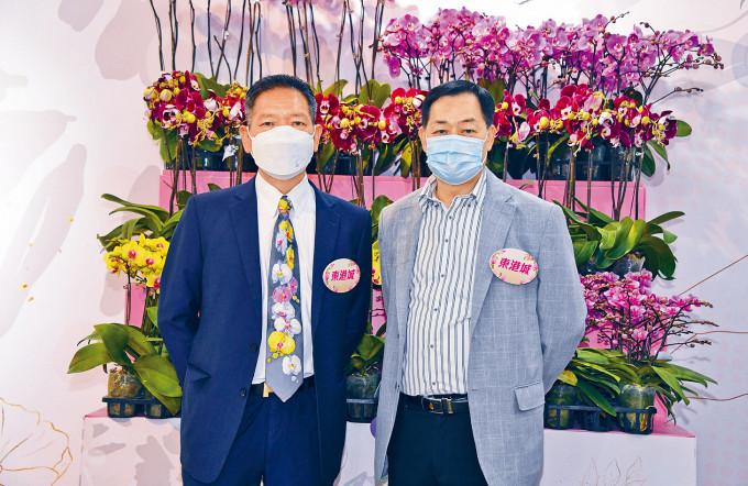 「蘭花大王」楊小龍(左)與香港鮮花盆栽批發商會主席賴榮春(右),參加商場花市冀助速銷。