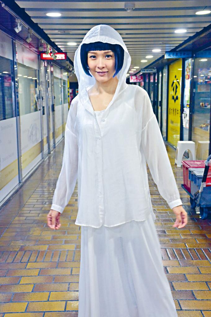 李佳芯到商場偷偷叉電,被誤以為是女鬼。