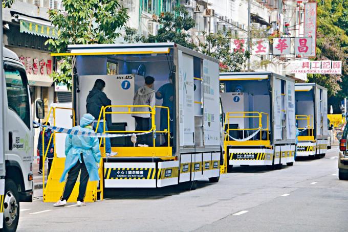 政府安排多輛流動檢測車,協助小區居民加快檢測。