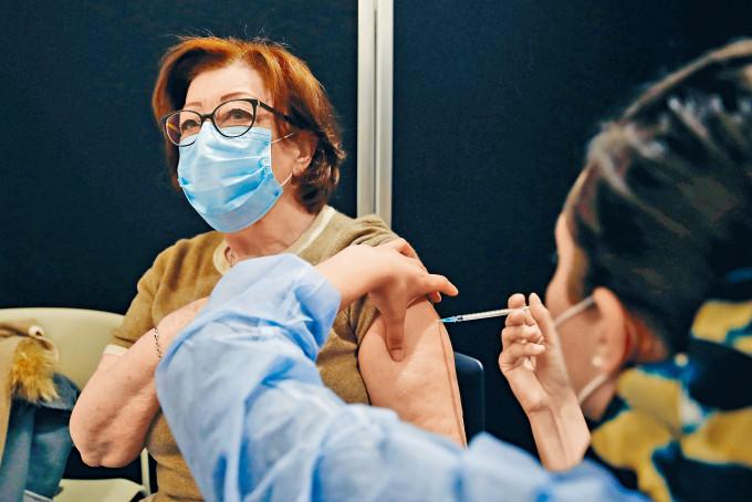 BioNTech疫苗在國外有多個國家緊急使用。