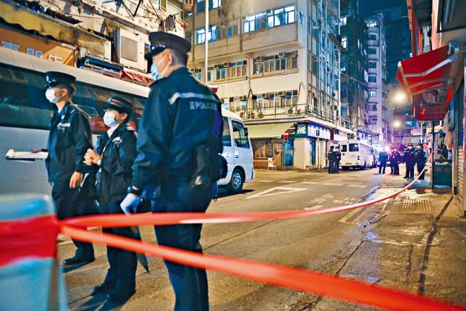 警員在大廈外拉起封鎖綫。