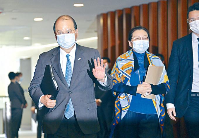 鄭若驊及張建宗分別在網誌談及,近期法官被批評現象。