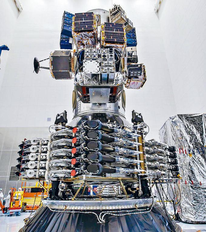 「獵鷹9」火箭運載的多枚人造星。