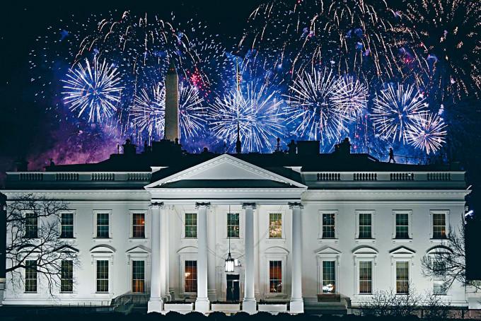 拜登就任首日的晚上,白宮上空綻放煙花。
