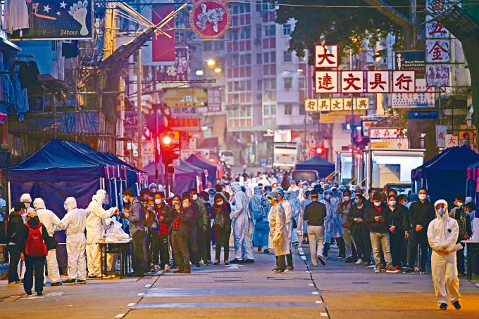 政府「封區」目標在四十八小時內為萬名居民完成檢測,期間工作人員及居民逼爆街道。