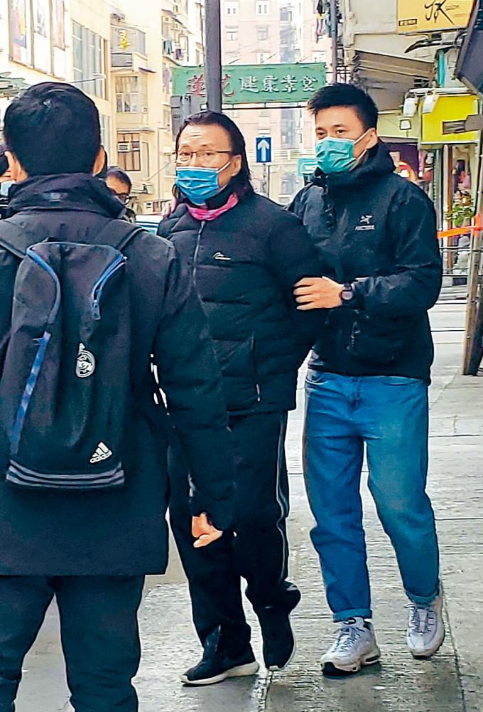 警方國安處人員昨晨到多區拘捕涉案人士,包括九龍城區議員黃國桐、何潔泓母親張靜恩及獨立音樂人霍朗齊等。