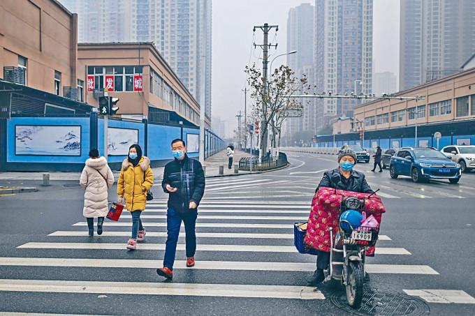 武漢市民生活早已恢復正常,但華南海鮮市場(右)至今關閉。
