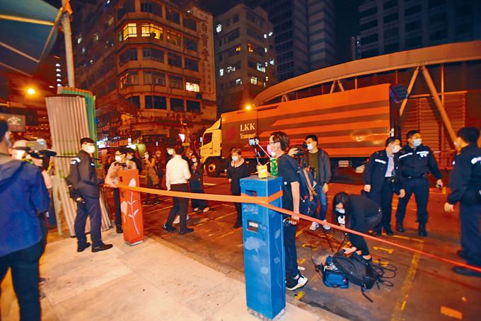 警方晚上開始拉起「封鎖綫」,讓物資運入指定區內。