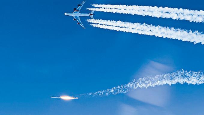 波音747改造飛機「宇宙女孩」,在機翼成功發射火箭。