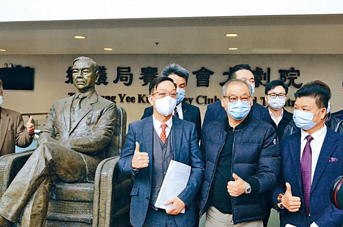 鄉議局主席劉業強(左一)對裁決表示歡迎。