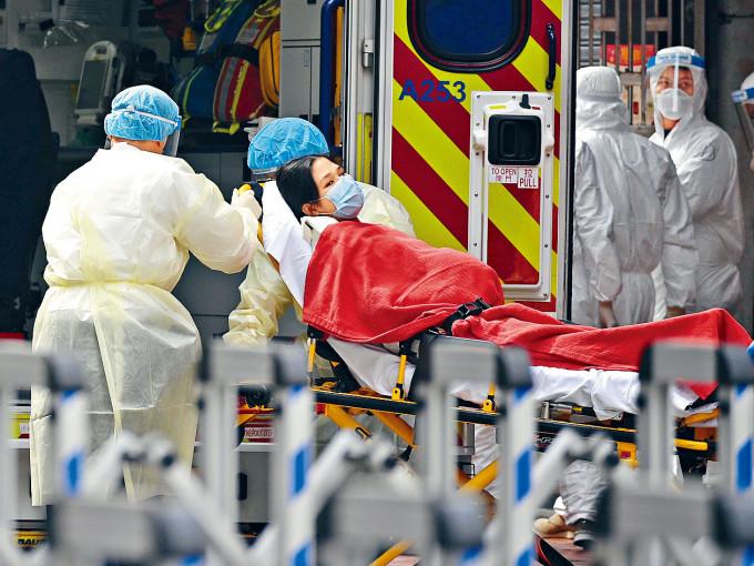 佐敦封鎖區一名居民不適,由醫護人員送上救護車送院。
