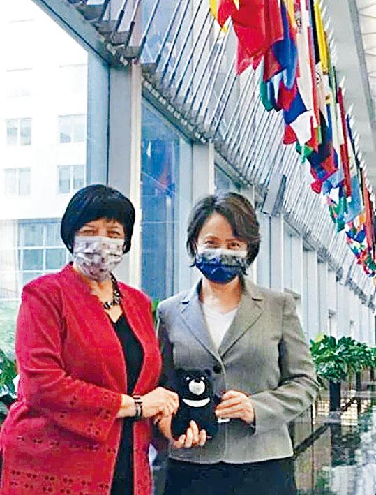蕭美琴和美國官員在美國務院大樓前合影。