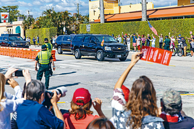 特朗普的車隊周三開往海湖莊園途中,特粉夾道揮手致意。