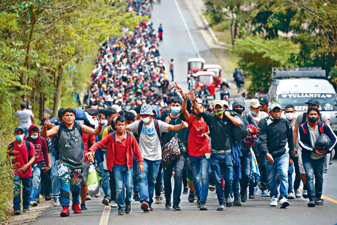 數以千計洪都拉斯人徒步從危地馬拉朝美國進發。