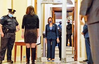 佩洛西在眾議院會議廳外,穿越一台新設的金屬探測器。