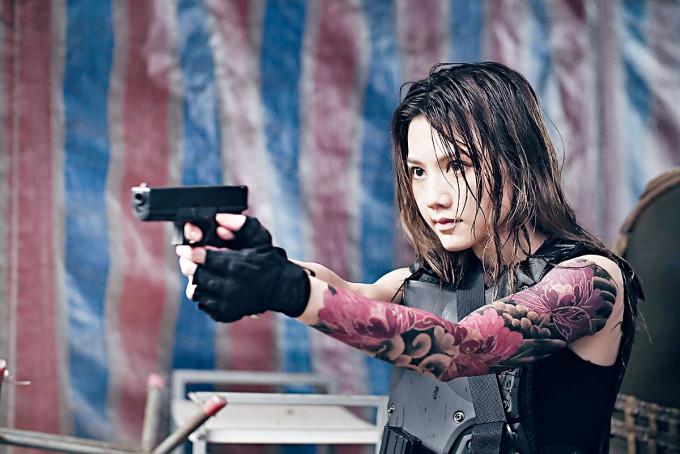娜姐紋身造型上陣,舉槍姿勢有型有款。