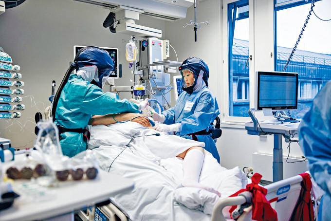 挪威奥斯陸大學醫院深切治療部的醫護在治理病人。