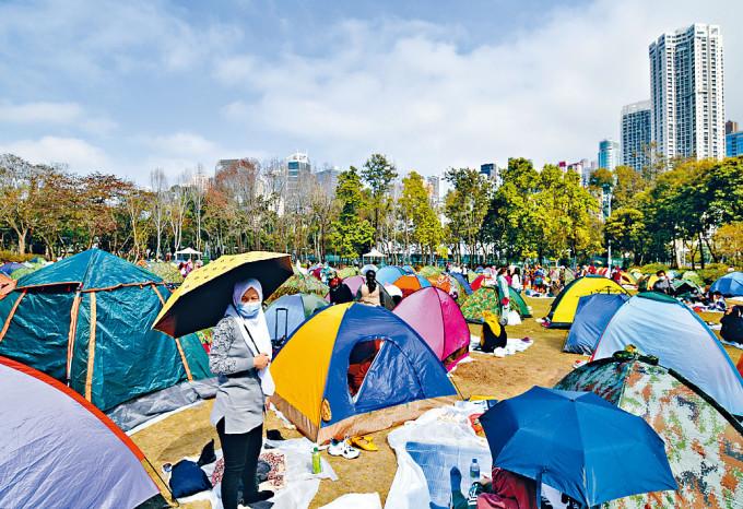 假日仍有大批外傭到公園草地紮營聚會。